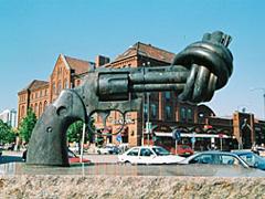 ▲しばった銃砲は永世中立国としての証し